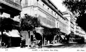 A gauche sous l'auvent, la librairie Relin